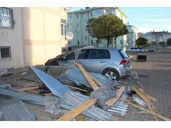 Karlıova'da Fırtına Çatıları Uçurdu, 2 Kişi Yaralandı