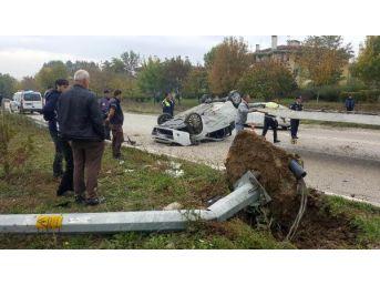Düzce'de Otomobil Elektrik Direğine Çarptı: 2 Yaralı