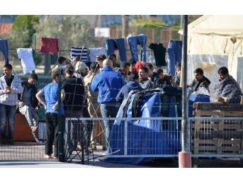 Dikili'de 53 Kaçak, Denizde Yakalandı