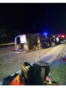 İzmir'de Turistleri Taşıyan Minibüs Devrildi: 5 Yaralı