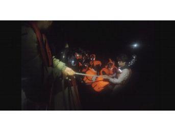 İzmir'den Yurt Dışına Kaçmaya Çalışan 53 Göçmen Yakalandı