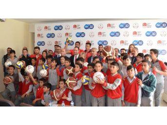 Öğrenciler, Spor Malzemelerini Milli Sporcuların Elinden Aldı