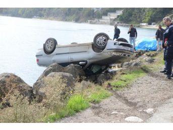 Otomobil Deniz Kenarındaki Kayalıklarda Ters Halde Kaldı