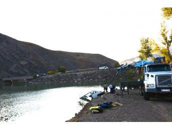 Park Halindeki Minibüs Baraj Gölüne Düştü