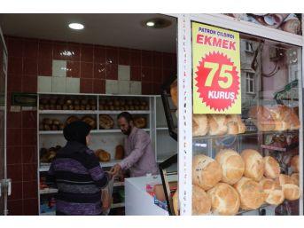 Rakiplerine Kızan Fırıncı Ekmeğin Fiyatını Yarıya İndirdi