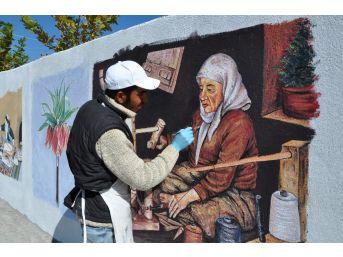 Resim Öğretmeninin Duvara Çizdiği Resimler Dikkat Çekiyor