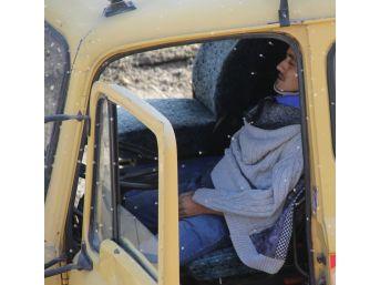 Sulama Kanalına Düşen Kamyonun Sürücüsünü Can-kur Kurtardı