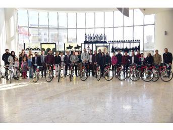 Bilecik Belediyesi Yarışmalarda Dereceye Giren Öğrencilere Bisiklet Hediye Etti