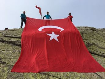 Zirvede Türk Bayrağını Dalgalandırdılar