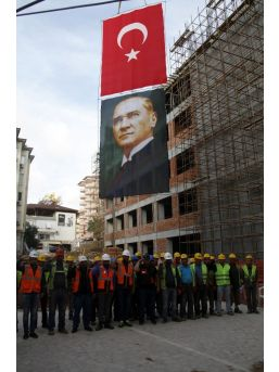 İnşaat İşçileri Mustafa Kemal Atatürk'ü Saygıyla Andı