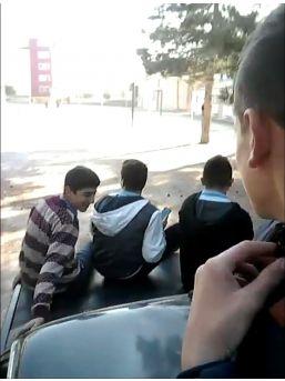 Okul Bahçesinde Öğrencilerden Otomobil Üzerinde Tehlikeli Yolculuk