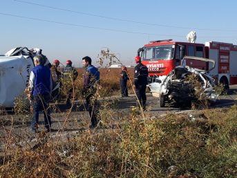 Sera İşçilerini Taşıyan Minibüs Otomobille Çarpıştı: 2 Ölü, 18 Yaralı