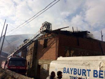 Bayburt'ta Yangın: 2 Ev, 1 Ahır Ve 1 Samanlık Kullanılamaz Hale Geldi