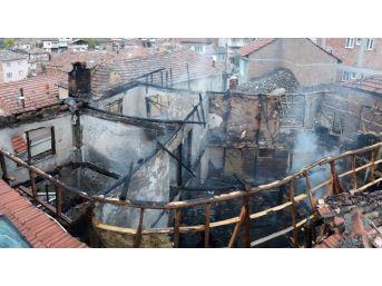 Yangında 3 Katlı Ev Kullanılmaz Hale Geldi