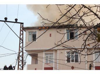 (özel Haber) Avcılar'da Ev Yangınında Tüpün Patlama Anı Kamerada