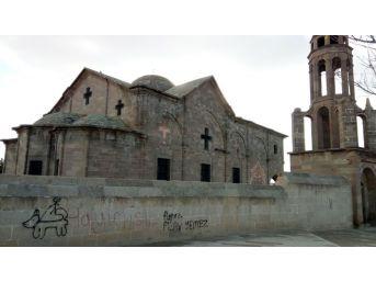 Tarihi Kiliseye Duvar Yazısı