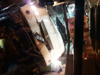 Manisa'da Tır İşçi Servisine Çarptı: 1 Ölü, 24 Yaralı
