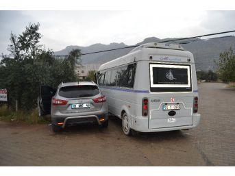 Kozan'da Dolmuş İle Otomobil Çarpıştı: 1 Yaralı