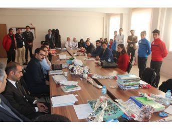 Ağrılı Sporcular Öğretmenlere Karanfil Dağıttı