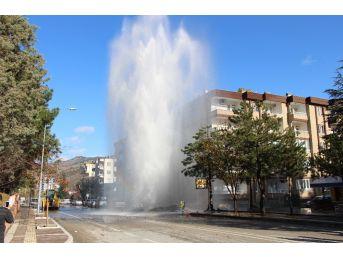 İş Makinesinin Patlattığı Su Volkan Gibi Fışkırdı
