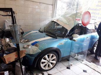 (özel Haber) Başkent'te Bir Otomobil Dükkanın Camından İçeri Girdi: 1 Yaralı