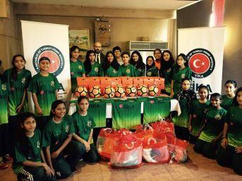 Pakistan'da Kadın Futbol Kulübüne Spor Malzemesi Desteği