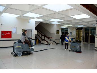 Üniversite Hastanesi Son Teknolojik Cihazlarla Temizleniyor
