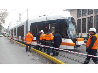 Eskişehir'de Tramvay Raydan Çıktı, Ulaşım 2 Saat Durdu