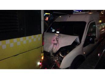 Hat Güvenliği Sağlayan Araç Metrobüse Arkadan Çarptı: 1 Yaralı
