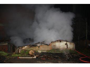 Seyrantepe'de Gecekondu Alev Alev Yandı