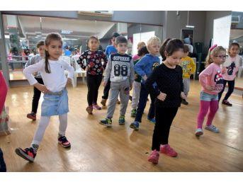 Asev'den Miniklere Dans Kursu