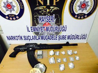 Uyuşturucu Operasyonunda Gözaltına Alınan 3 Kişi Otomatik Tüfek İle Yakalandı