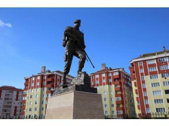 Kahraman Ömer Halisdemir'in Anıtı Yapıldı