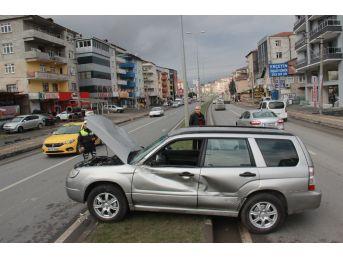 İş Makinesi İle Çarpışan Otomobil Refüje Çıktı: 1 Yaralı
