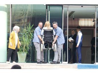 Engelli Milletvekilinin Korumalar Tarafından Taşındığı Protokol Girişine Engelli Asansörü
