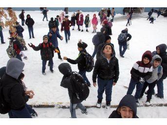 Ağrı'da Çocukların Kar Sevinci