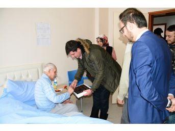 Giresun'un Şebinkarahisar İlçesinde Üniversiteli Öğrenciler, Bakım Merkezindeki Yaşlıları Ziyaret Etti