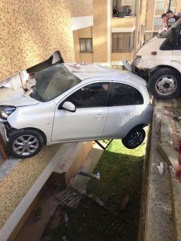 Trabzon'da Minibüs Apartmana Girdi