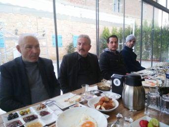 Burhaniye'de Mhp İlçe Teşkilatı Kahvaltıda Bir Araya Geldi