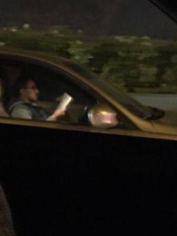 Trafikte Kitap Okuyan Sürücünün Ehliyetine El Konuldu