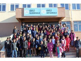 Üniversitelilerden Köy Okulundaki Öğrencilere Kırtasiye Yardımı
