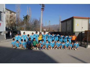 Kulp Belediyesi 495 Öğrenciye Spor Malzemesi Dağıttı