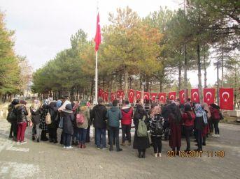 Üniversite Öğrencileri Şehit Ömer Halisdemir'in Kabrini Ziyaret Etti