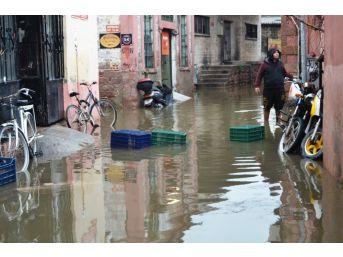 Ayvalık'ta 15 Saatte Metrekareye 64 Kilogram Yağış Düştü