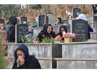 Uludere'de Savaş Uçaklarının Bombalaması Sonucu Ölen 34 Kişi Mezarları Başında Anıldı