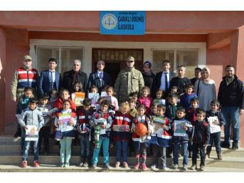 Jandarmadan Köy Okulu Öğrencilerine Sürpriz