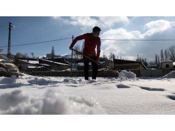 Kars'ta Vatandaşların Karla Mücadelesi