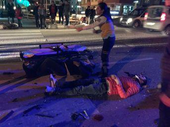 Kırmızı Işıkta Bekleyen Otomobile Çarptı: 3 Yaralı