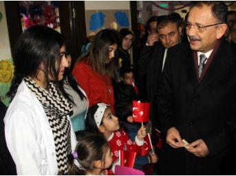 Bakan Özhaseki, Minik Öğrencilere Karne Dağıttı