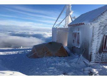 Dağcılardan Bulutların Üzerinde Kamp Keyfi